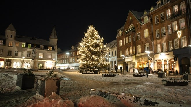 Juletræet bliver tændt
