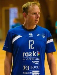 En tydelig koncentreret anfører Morten Lynge fører sit hold frem til en kneben sejr mod Randers. Fotograf: www.MortenO.com