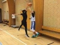 Træning i Slagelse Basket Klub. For at undgå skader skal banen afgrænses ved hjælp af vægge.