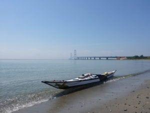 havkajak ved stranden, nær Storebæltsbroen