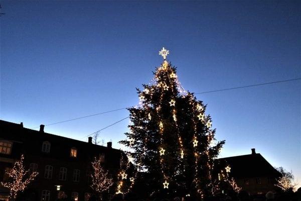 Julemanden tænder juletræerne
