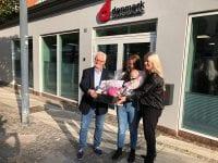 """Fra højre ses afdelingschef Bibi Rosengaard, Marie Kjelbæk og Mejse samt lokalformand Jørn C. Nielsen foran kontoret i Ringsted. Foto: Sygesikringen """"danmark""""."""