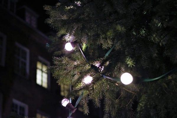 Julemanden tænder det smukke juletræ i Skælskør