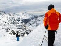 PÅ SKIFERIE MED OVERSKUD: Inden man spænder ski eller snowboard på og drøner ned ad pisten, bør man undersøge om man er godt dækket med rejseforsikring og ansvarsforsikring, lyder rådet fra GF Forsikring på Vestsjælland (Foto: Colourbox/GF-arkiv.)