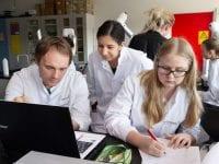 """Diplomingeniører afholder 'lab øvelser i biokemi"""". Foto: Alex Tran"""