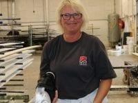 Anne Grethe på sit nye job hos EBK Huse (pressefoto).