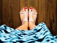 Ifølge Per Schaadt, der er skokonsulent hos Nygaard Tønder, kan man selv gøre en række ting for at få sundere fødder i sommerfodtøjet. Foto: PR.