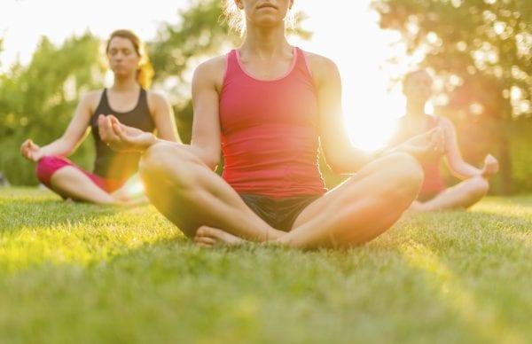 Yoga i grønne omgivelser