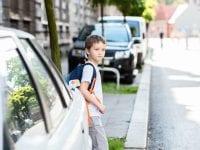 Skolevejen kan være usikker, og leg kan give knubs. Derfor bør børn ligesom voksne have en god ulykkesforsikring, der kan give erstatning ved varige men og hjælp til behandling, lyder det fra GF Forsikring. (Foto: Stock, GF-arkiv).
