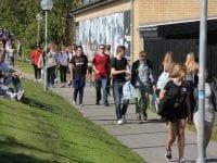 Unge går på stien mellem Slagelse Gymnasium og ZBC Selandia. Foto: Slagelse Kommune