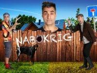 Nabokrig er en komedie om en blind vej og dens beboere - af og med Farshad Kholghi. Foto: Vestsjællands Teaterkreds/Slagelse Teater
