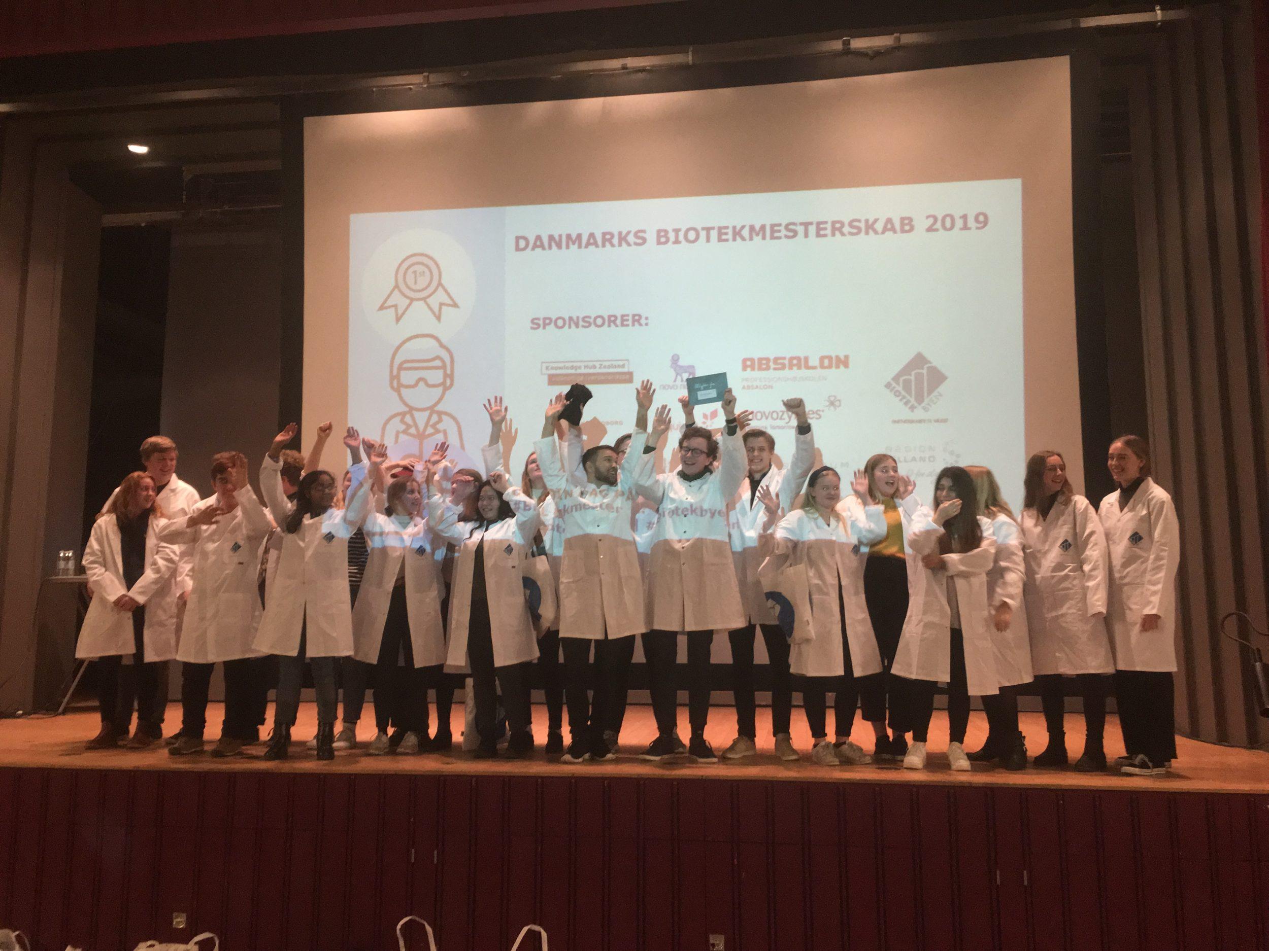 Sidste års vindere af Biotekmesterskaberne fra Stenhus Gymnasium i Holbæk Præsentation på scenen af en af de deltagende grupper